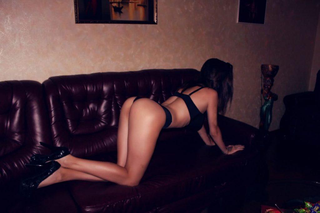 Леся на диване в позе