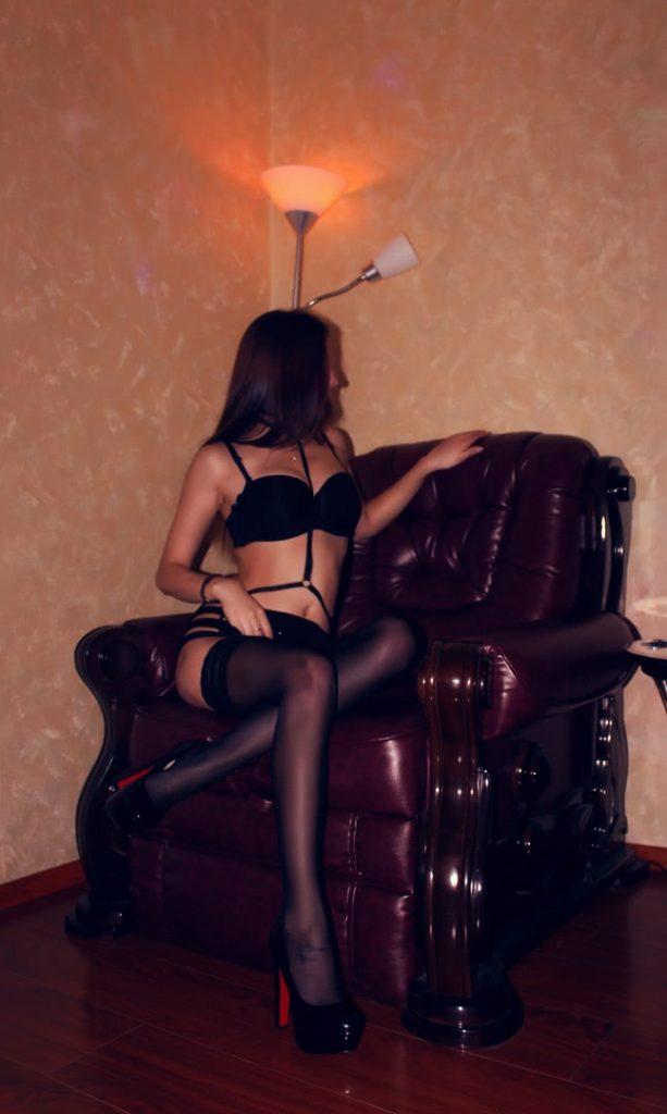 Алиса присела на кресло