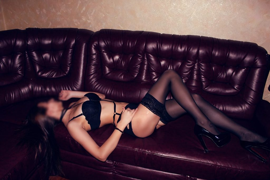 Массажистка Алиса лежит на диване