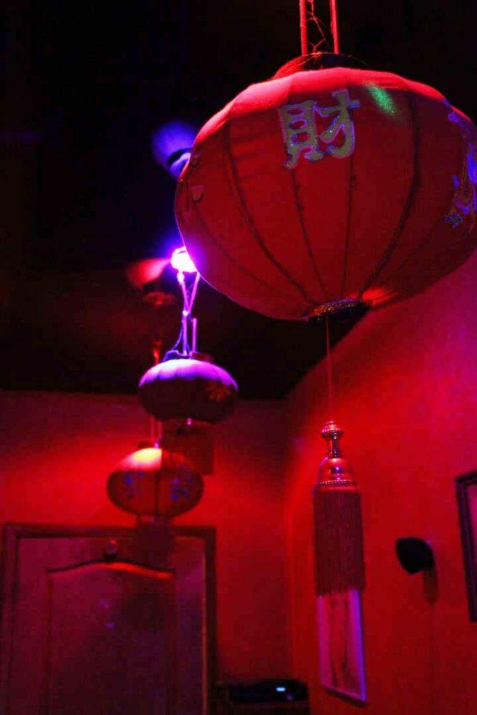 вид на потолок, декоративное освещение фонариками